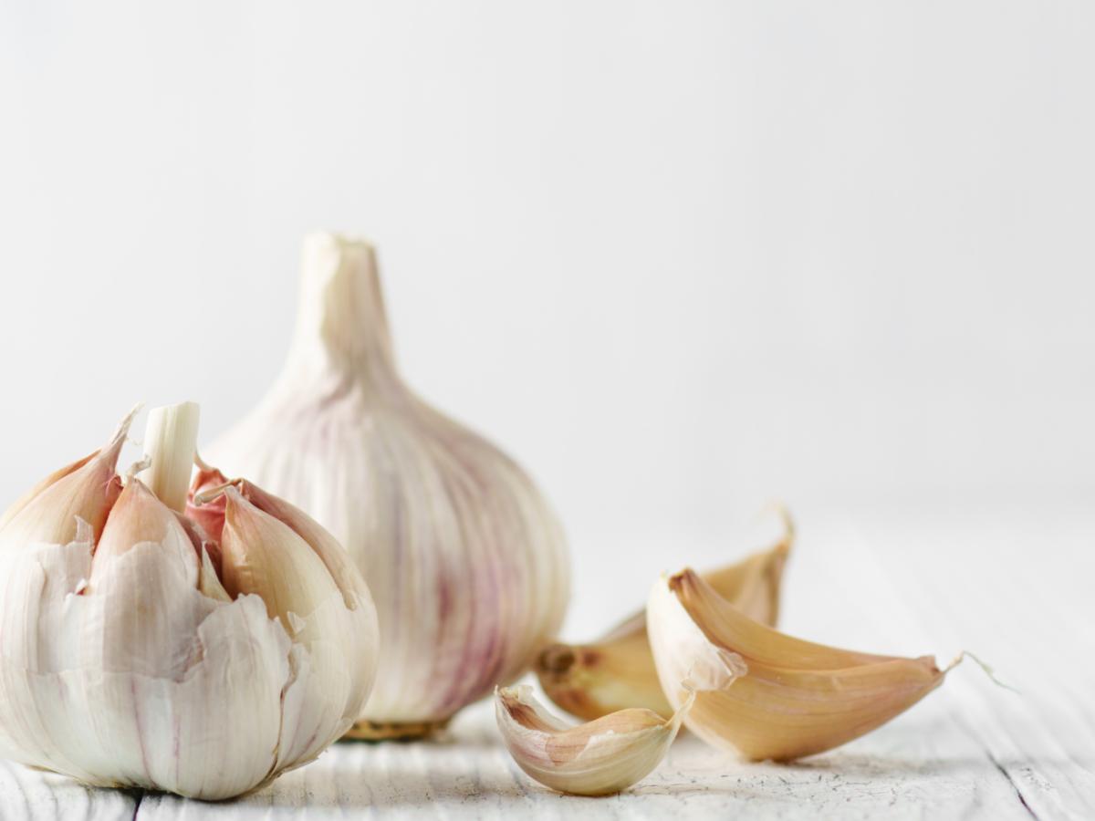 garlic_on_white_table